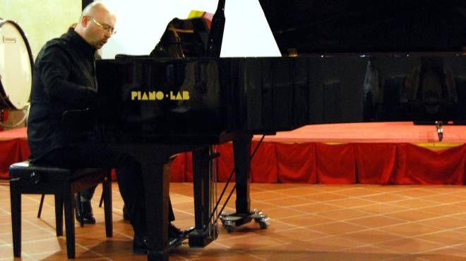Il pianista avellinese Gianluca Di Donato, che torna a suonare a Ferrara nel bel giardino di Marfisa d'Este