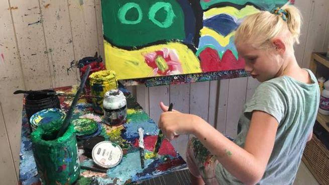 Clara Woods mentre dipinge uno dei suoi quadri