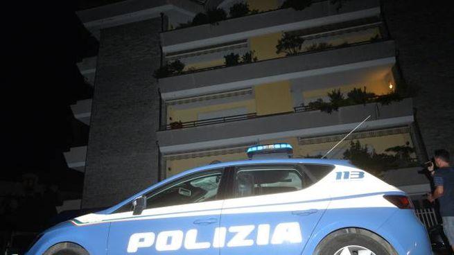 Polizia davanti alla palazzina teatro della tragedia (Newpress)