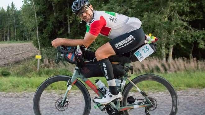 Paolo Botti ripreso in sella alla sua bici durante la 'North Cape 4000'