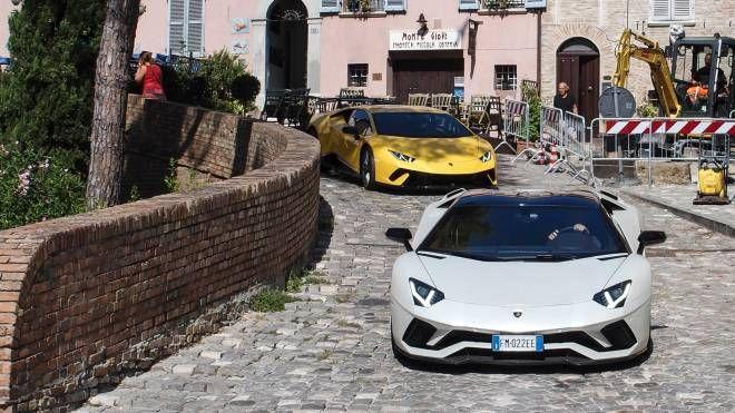 Le Lamborghini nel centro di Santarcangelo (foto Petrangeli)