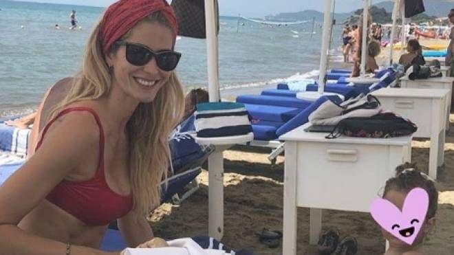 Elena Santarelli e la figlia a Castiglione della Pescaia (Da Instagram)