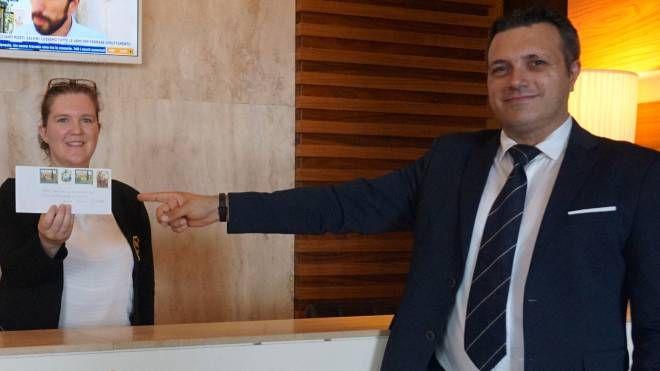 Massimiliano Valente, proprietario dell'«Hotel Tower Inn», mentre mostra la lettera. Sotto un dettaglio Il cantiere dell'Eurospin sorge nell'area industriale fra Le Melorie e il centro di Ponsacco, a fianco alla Lidl