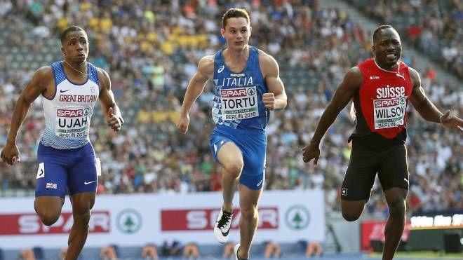 Tortu, al centro, durante la semifinale dei 100 metri (Ansa)