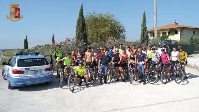Ciclisti di Bergamo finiti per sbaglio sulla Firenze-Pisa-Livorno. Salvati dalla Stradale