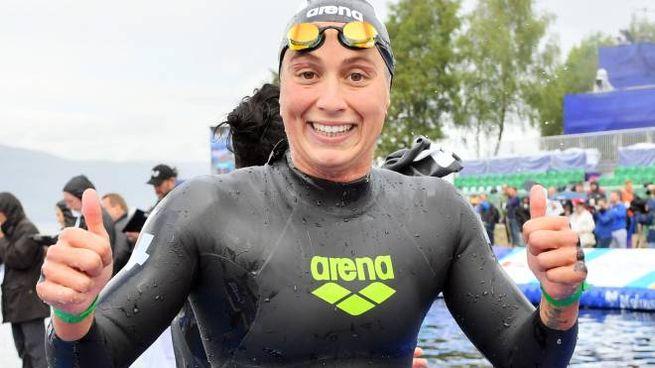 Rachele Bruni, mostra con orgoglio la medaglia di bronzo conquistata agli Europei di Glasgow
