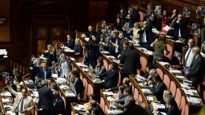 Bagarre al Senato durante l'approvazione del decreto Milleproroghe (Lapresse)