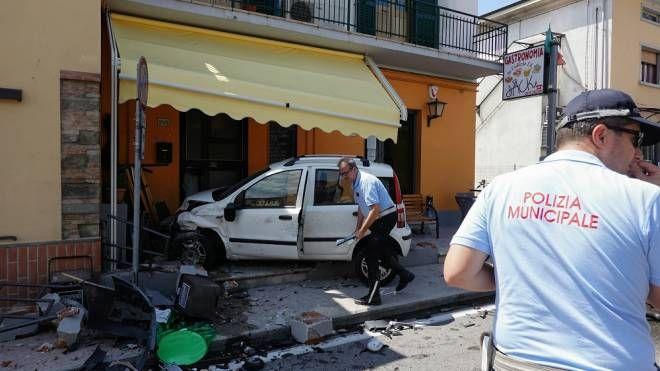Con l'auto dentro un bar, paura in via Fiorentina a Pistoia  (Acerboni/FotoCastellani)