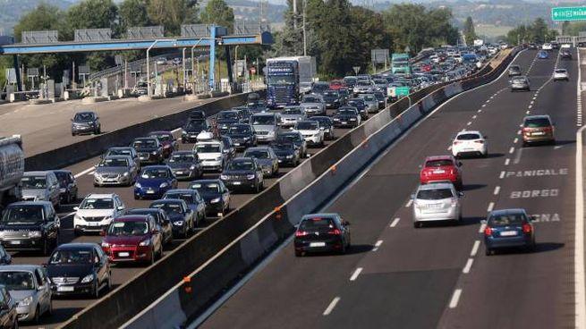 Esodo di Ferragosto, Auto incolonnate nel tratto bolognese dell'autostrada A14 (Ansa)