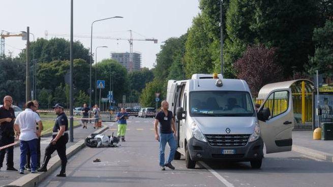 L'IMPATTO Il 76enne  Alfonso Bellanca (nel riquadro) è morto  sul colpo  dopo essere stato travolto  dalla moto La polizia locale ha effettuato  per ore  i rilievi Traffico bloccato