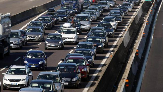 Traffico intenso in autostrada per l'esodo estivo (Foto d'archivio Ansa)