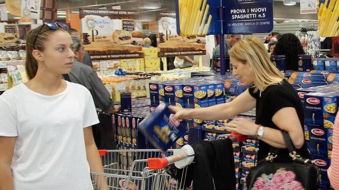 La spesa in un supermercato reggiano (Foto Artioli)