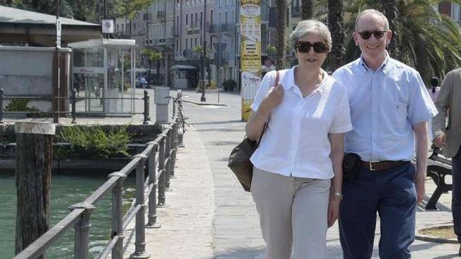Theresa May e il marito Philip a Desenzano del Garda nel 2018 (Ansa)