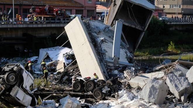 Genova, ponte crolla su autostrada A10