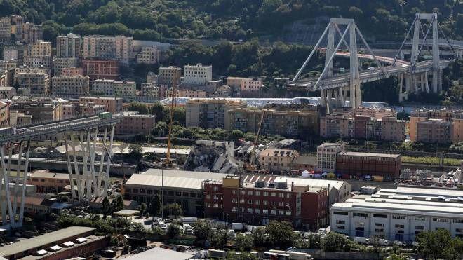 Genova, il ponte Morandi tagliato in due (Ansa)