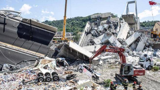 La rimozione delle macerie dopo il crollo del ponte Morandi (ansa)
