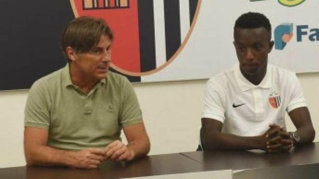 Il centrocampista Pierre Desiré Zebli con l'azionista Gianluca Ciccoianni