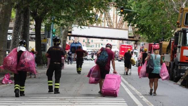 Gli sfollati dei palazzi vicini al ponte Morandi crollato (Foto Pasquali)