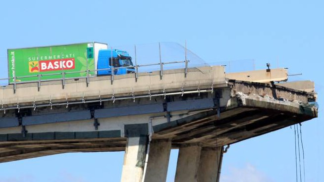 Il camion fermo sul ponte Morandi crollato (Newpress)