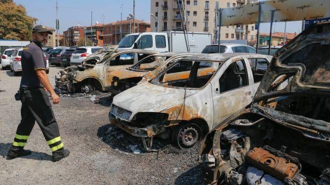 Decine le auto distrutte le rogo dopo l'esplosione (foto Schicchi)