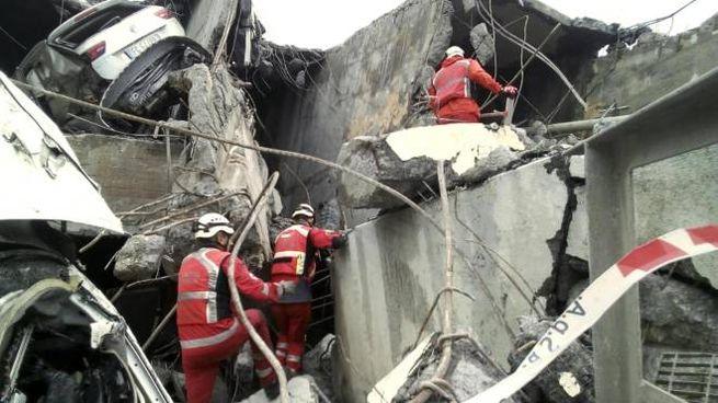 Ponte Morandi Genova, soccorritori in azione (Ansa)
