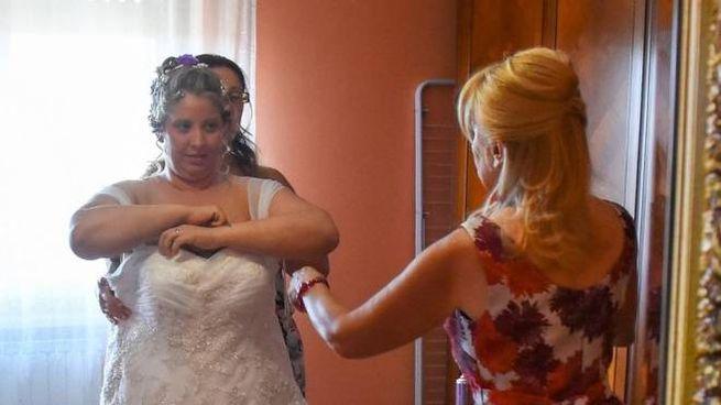 Samantha prova l'abito del suo matrimonio: è stata lei a dare il via all'idea dell'atelier