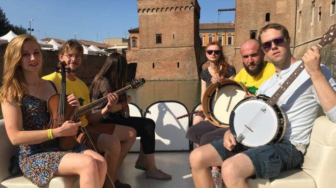 Il gruppo irlandese 'Sin a Deir Sì' sul battello che compie il tour del Castello: anteprima a sorpresa per il 'Carlino'