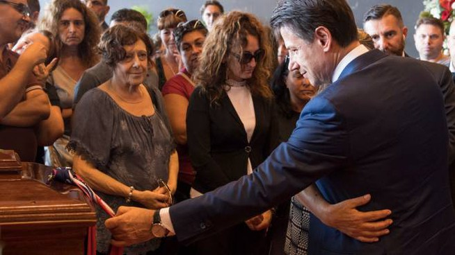 Il premier Conte con i familiari delle vittime di Genova (Ansa)