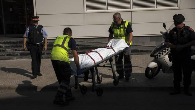 Ucciso l'uomo che ha assaltato un posto di polizia a Barcellona (Ansa)