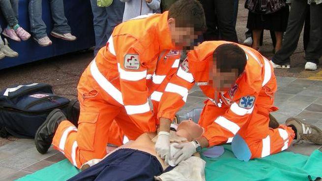 Due operatori impegnati con un defibrillatore (foto di repertorio)