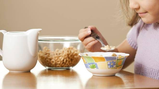 Una bambina durante la prima colazione