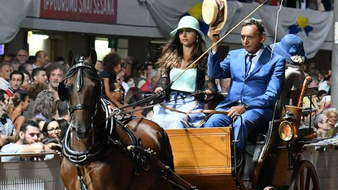 Una carrozza sfila sulla pista del Sesana in occasione del gran premio di Ferragosto