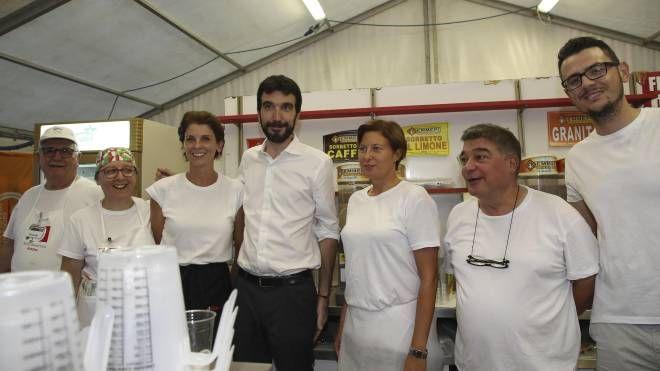 Maurizio Martina, segretario del Pd, con alcuni militanti