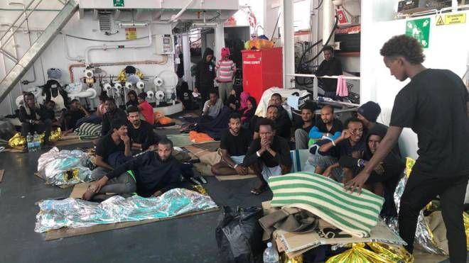 Migranti a bordo della Diciotti (Ansa)