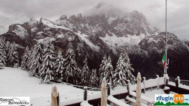 La neve al rifugio Belvedere e il Monte Civetta sulle Dolomiti (Ansa)