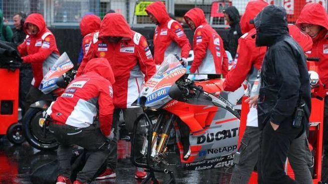 La Ducati di Jorge Lorenzo sotto la pioggia (Ansa)
