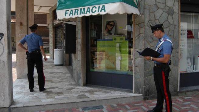 Carabinieri davanti alla farmacia (foto NewPress)