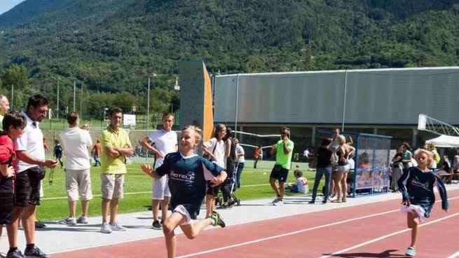 TRAGUARDO A destra, Antonio Rossi con alcuni giovani atleti Sotto, uno scorcio della pista di atletica subito messa alla prova