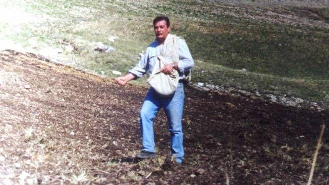 Dopo il terremoto: Giuseppe Iacorossi semina lenticchie a Castelluccio