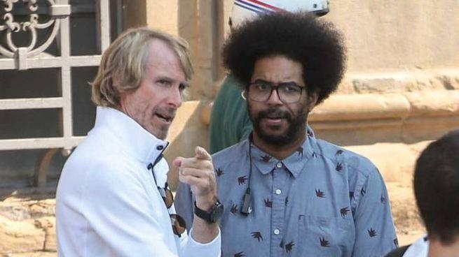 Il regista Michale Bay sul set con l'inconfondibile abbigliamento in bianco