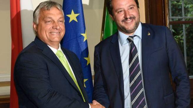 Stretta di mano fra Viktor Orbán e Matteo Salvini (Lapresse)