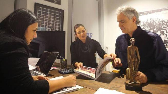In primo piano Andrea Bocelli con la moglie Veronica Berti e Laura Biancalani