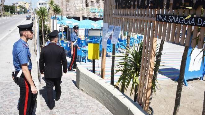 I controlli dei carabinieri sulla spiaggia di Rimini (foto Migliorini)