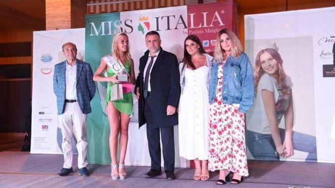 Nella foto la premiazione, a  sinistra il sindaco Roccalbegni