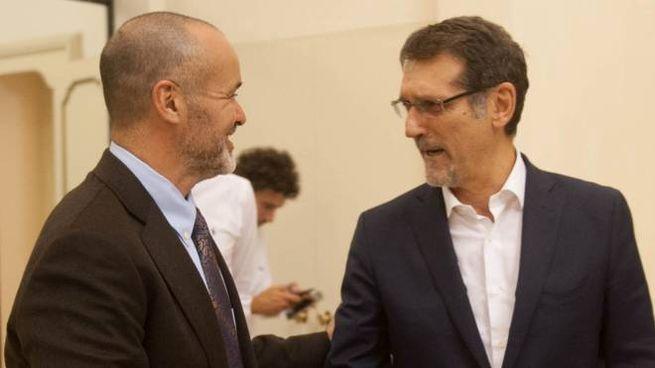 La stretta di mano tra il patron rossoblù Joey Saputo e il sindaco Merola