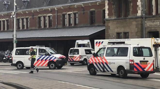 Amsterdam, polizia davanti alla stazione dopo l'accoltellamento (Ansa)