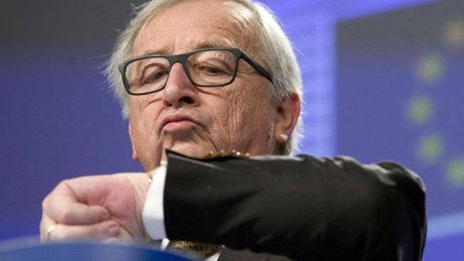 Jean-Claude Juncker controlla l'orologio (Ansa)