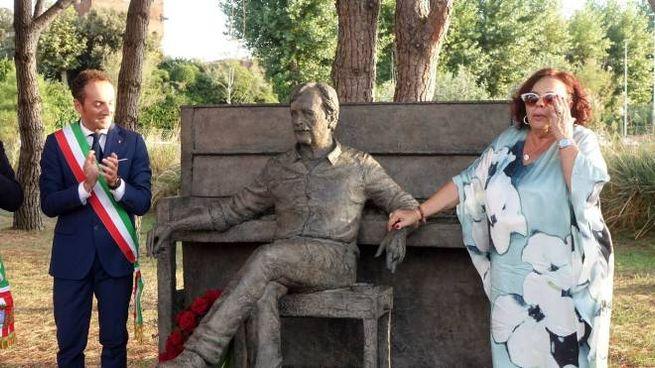 Scoperta la statua dedicata a Bigazzi (foto Umicini)