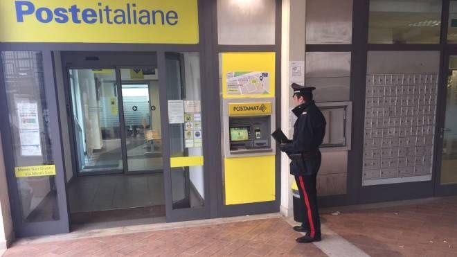 I carabinieri davanti all'ufficio postale di Villa Potenza