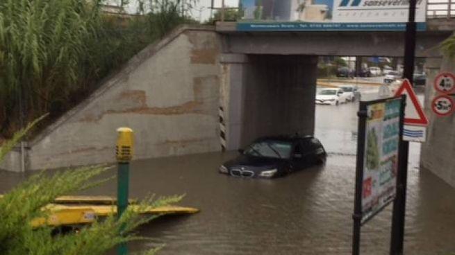 Un auto bloccata nel sottopasso di via Canada (foto Pettinari)